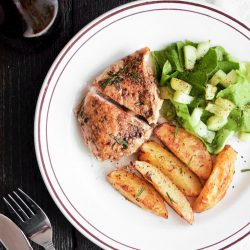 Kurczak balsamiczny z pieczonymi ziemniakami i sałatką z ogórkiem