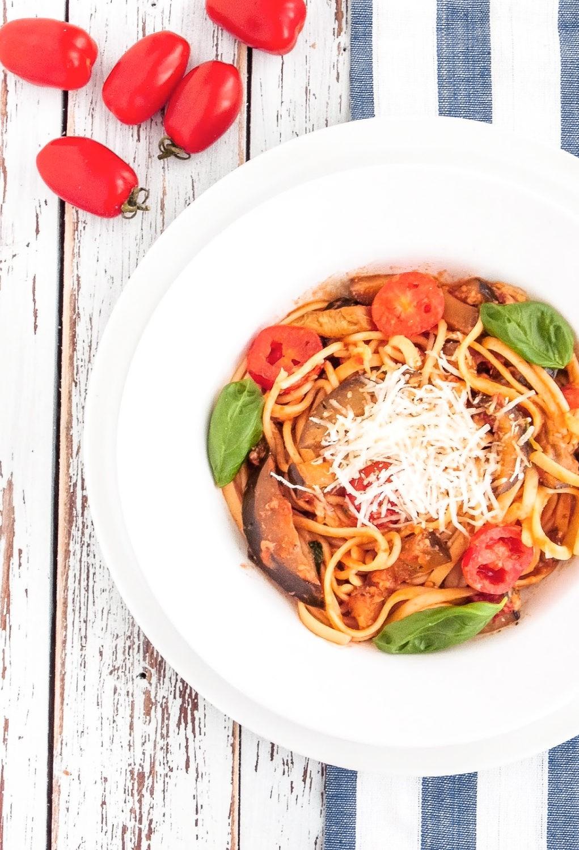 Makaron z bakłażanem w sosie pomidorowym