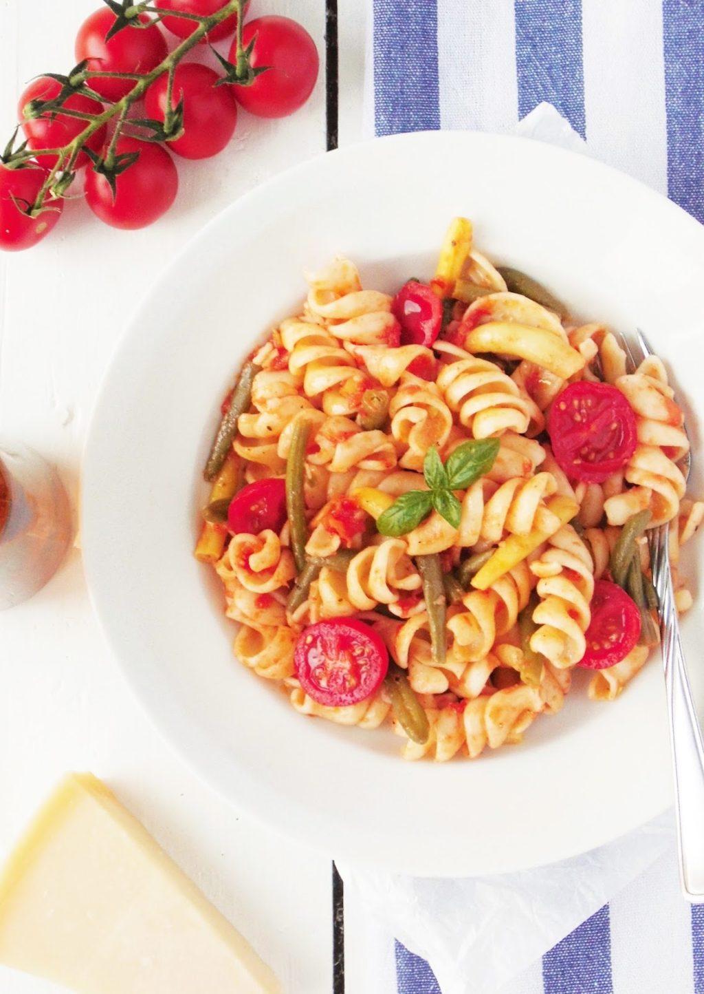 Makaron z fasolką szparagową i świeżymi pomidorami