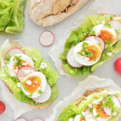 Kanapki z masłem pietruszkowym, jajkiem i rzodkiewką