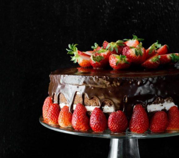 Tort podwójnie czekoladowy z truskawkami