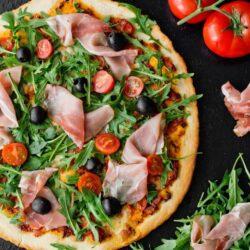 Pizza z mozzarellą, oliwkami i szynką parmeńską