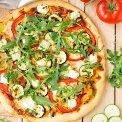 Pizza z grillowaną cukinią, papryką i fetą - przepis