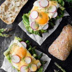 Kanapki ze szparagami, jajkiem i sosem holenderskim - przepis