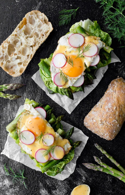 Kanapki ze szparagami, jajkiem i sosem holenderskim