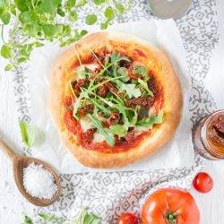 Mini pizze z suszonymi pomiadorami i rukolą - przepis