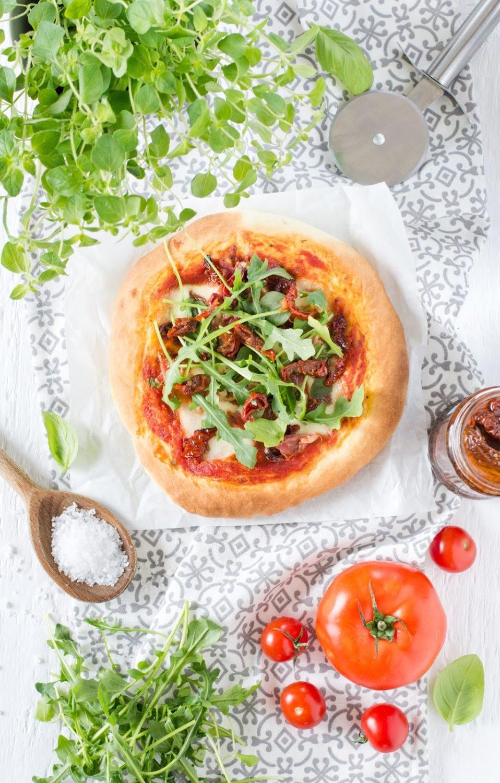 Mini pizze z suszonymi pomiadorami i rukolą