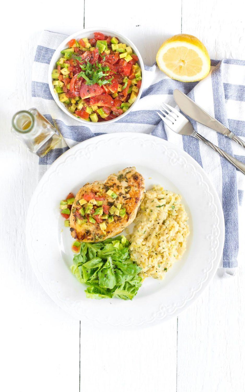 Cytrynowe risotto z kurczakiem i salsą z awokado