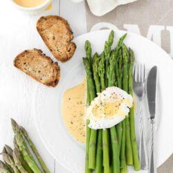 Szparagi z jajkiem w koszulce i sosem holenderskim - przepis
