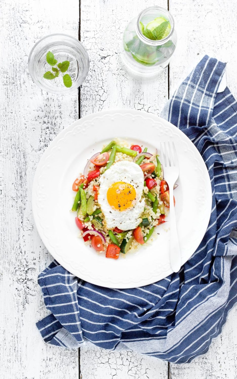 Kasza bulgur z warzywami i jajkiem sadzonym