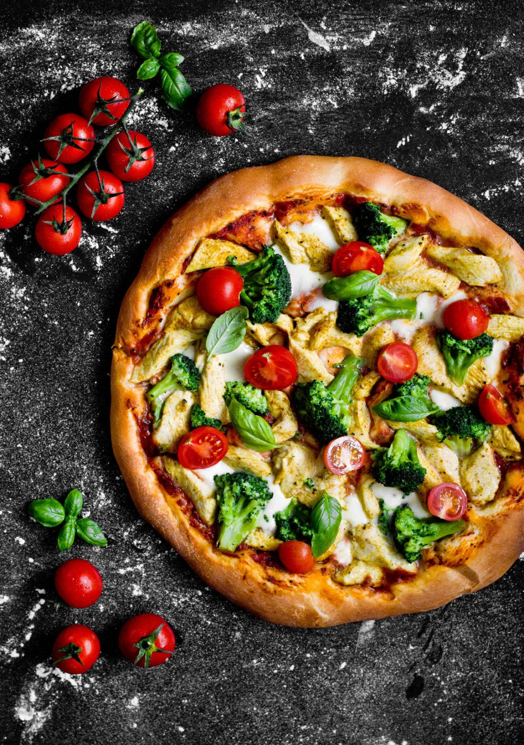 Pizza z mozzarellą, kurczakiem curry i brokułami