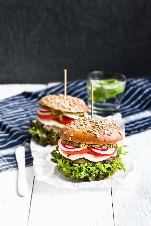 Wegetariańskie burgery z bakłażanem i dodatkami
