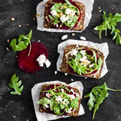 Kanapki z burakiem, rukolą i serem feta - przepis