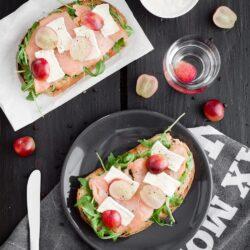 Kanapki z wędzonym łososiem i winogronami - przepis