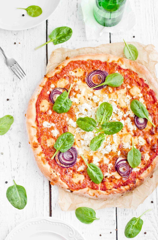 Pizza z wędzoną goudą, fetą i szpinakiem