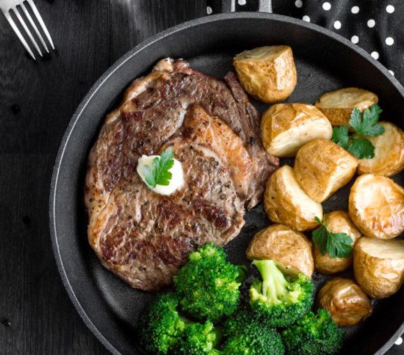 Stek z antrykotu z pieczonymi młodymi ziemniakami