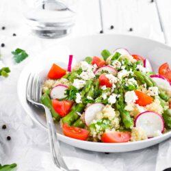 Sałatka z komosą ryżową, szparagami i fetą - przepis