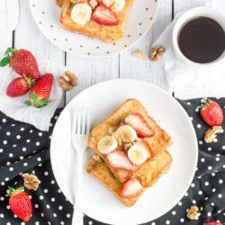 Tosty francuskie z miodem i owocami - przepis