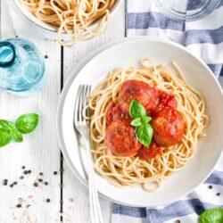 Makaron z klopsikami w sosie pomidorowym - przepis