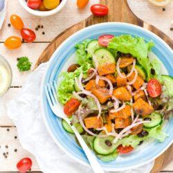 Sałatka z batatem, czarną fasolą i pomidorami - przepis