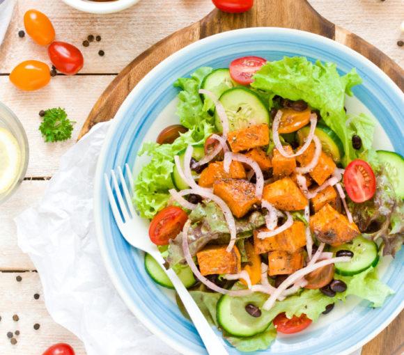 Sałatka z batatem, czarną fasolą i pomidorami