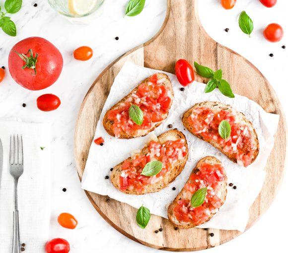 Bruschetta z mozzarellą i pomidorami