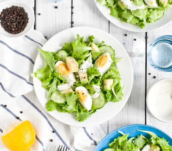 Sałatka z jajkiem, ogórkiem i awokado