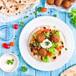 Pita z falafelem, warzywami i sosem jogurtowym