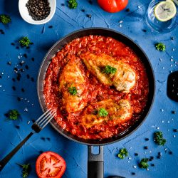 Kurczak w sosie pomidorowym z kaparami
