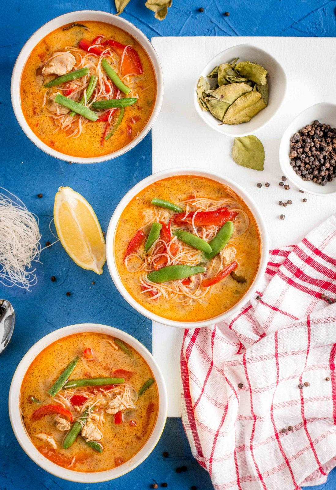 Zupa z kurczakiem i warzywami w tajskim stylu