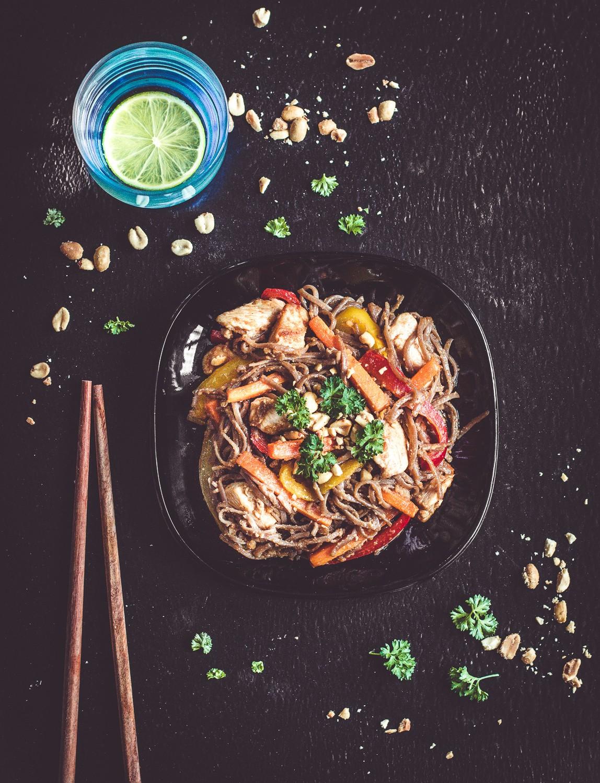 Makaron soba z kurczakiem, warzywami i sosem orzechowym