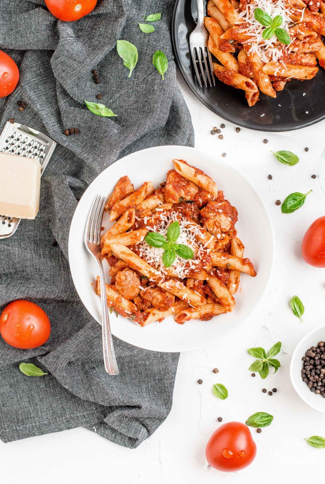 Makaron z kurczakiem w sosie pomidorowym