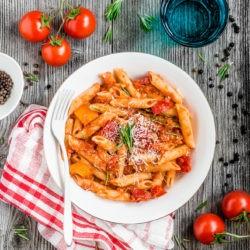 Makaron z pieczoną papryką i pomidorami