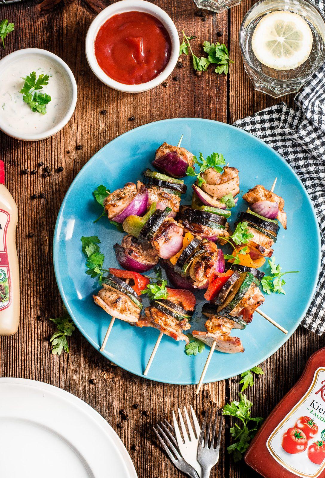 Aromatyczne, grillowane szaszłyki z boczkiem, kurczakiem i warzywami