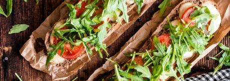 Domowe bagietki z mozzarellą, pomidorami i rukolą