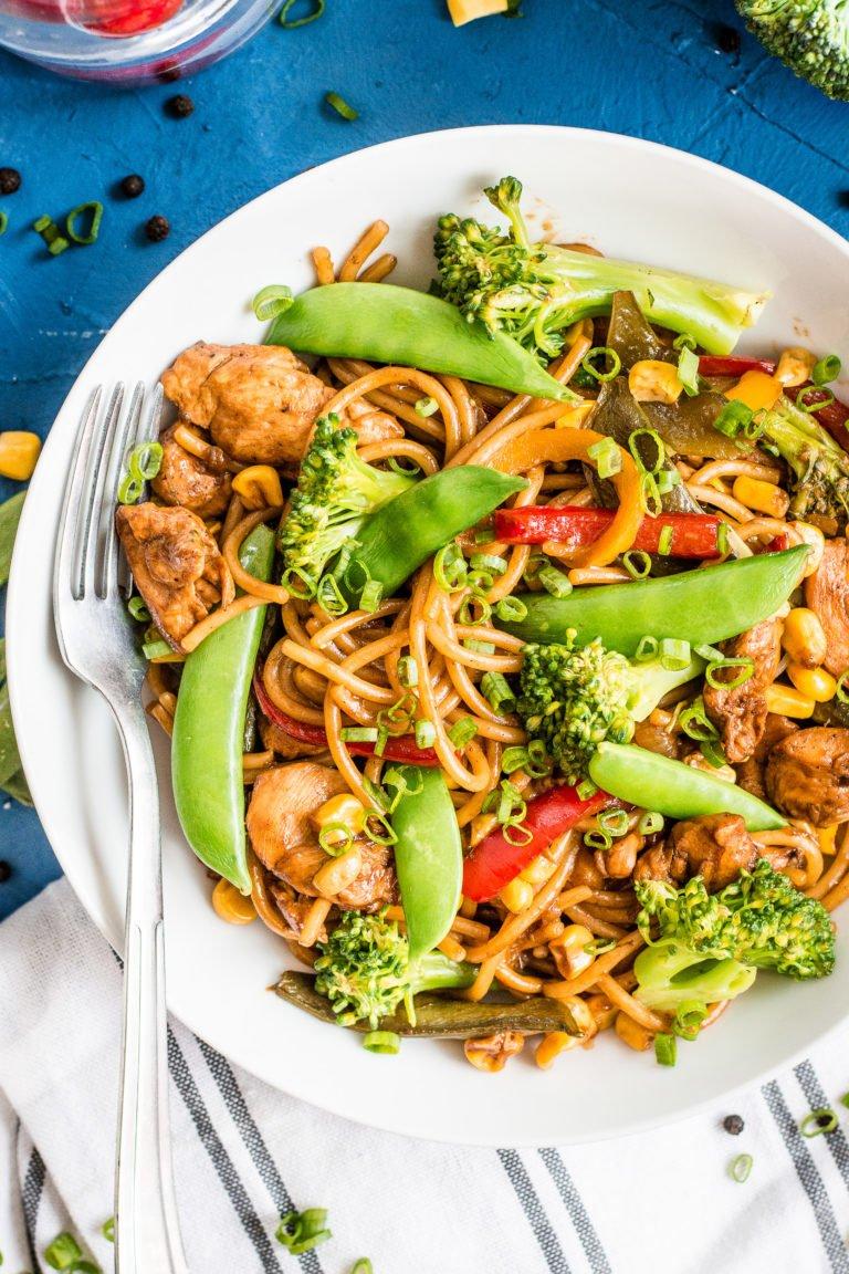 Makaron z kurczakiem, groszkiem cukrowym i warzywami w sosie Teriyaki to moja propozycja na naprawdę rewelacyjny obiad, z ogromną ilością warzyw, w pysznym sosie na bazie sosu Teriyaki. Mniam! :)