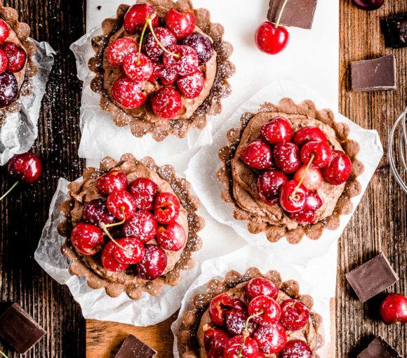 Kruche, mocno czekoladowe babeczki z czereśniami