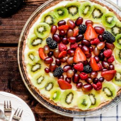 Tarta z kremem pâtissière i owocami lata