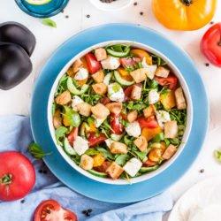 Panzanella, czyli sałatka z pomidorami, grzankami i mozzarellą