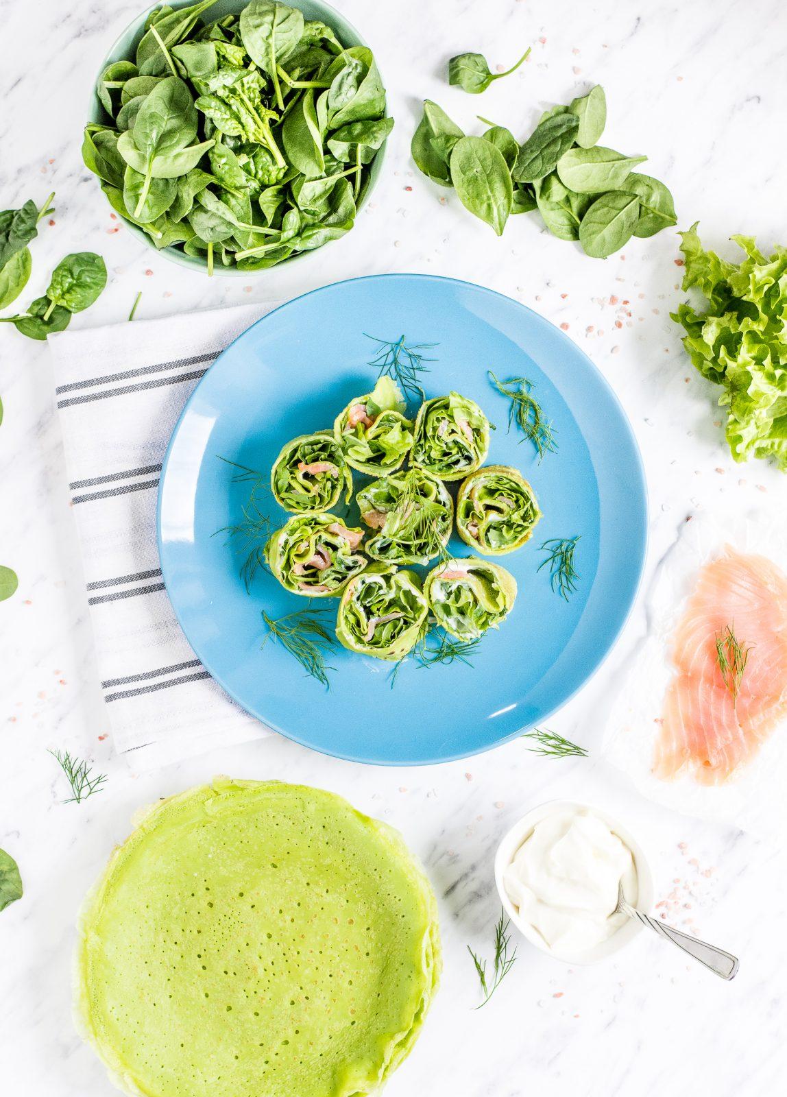 Zielone naleśniki szpinakowe z serkiem, zieleniną i wędzonym łososiem