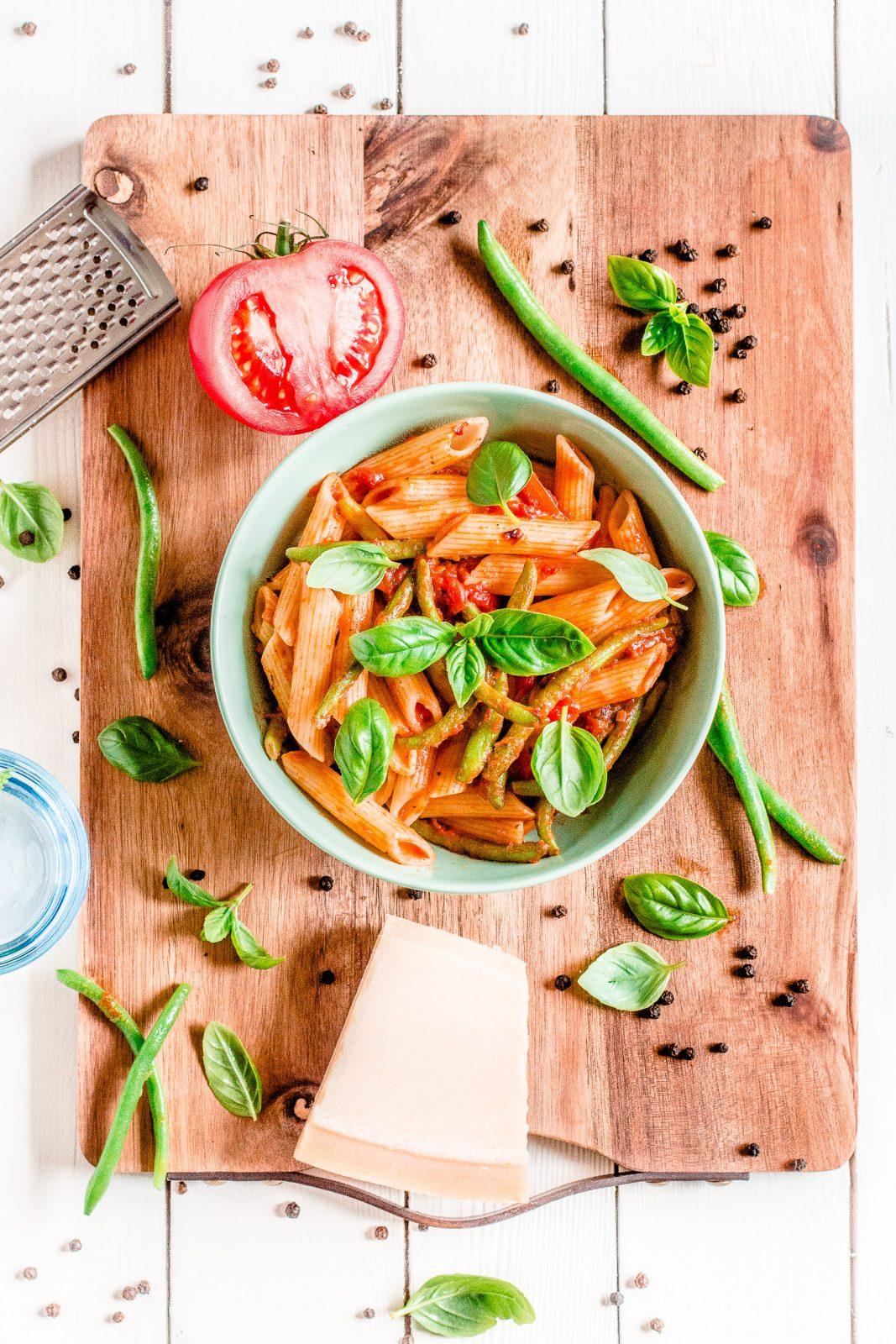 Makaron z papryką i fasolką szparową w sosie pomidorowym