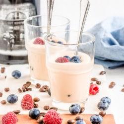 Kawowy krem zabajone z owocami
