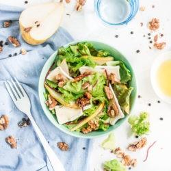 Sałatka z gruszką, serem brie i orzechami