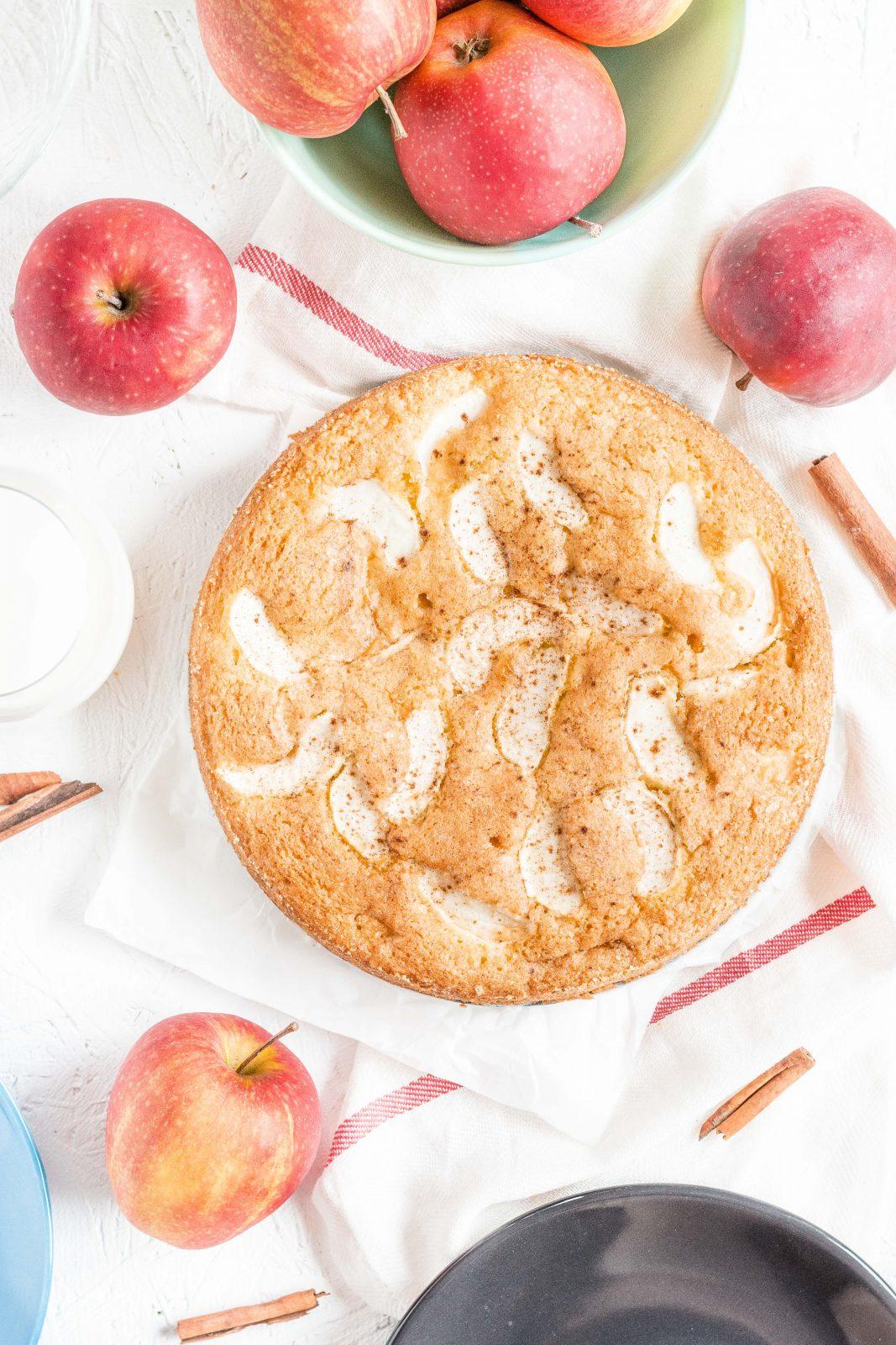 Ucierane ciasto cynamonowe z jabłkami