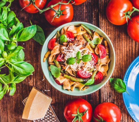 Makaron z kurczakiem, fasolką szparagową i sokiem pomidorowym