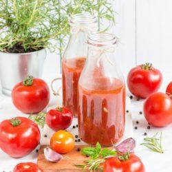 Domowy przecier pomidorowy z czosnkiem i ziołami