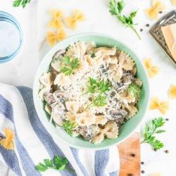 Makaron z pieczarkami i sosem śmietanowo-parmezanowym