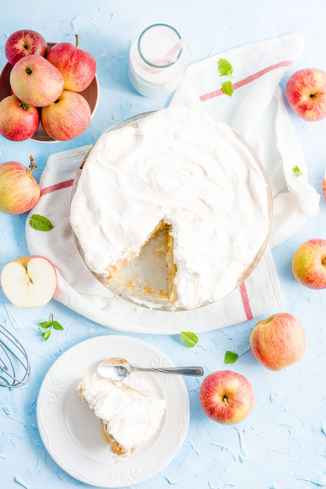 Kruchy jabłecznik z jabłkami i bezą