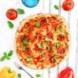 Pizza z salami, papryką i bazylią
