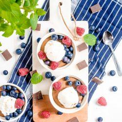 Czekoladowa lawa z lodami i owocami